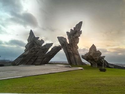 האנדרטה בכניסה לאתר ההנצחה בפורט התשיעי, ליטא
