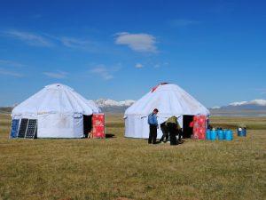 מחנה היורטות על שפת האגם סון קול, קירגיזסטן