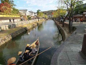 סירה בסגנון קונדולה המכונה Kurashiki Kawabune Nagashi, יפן